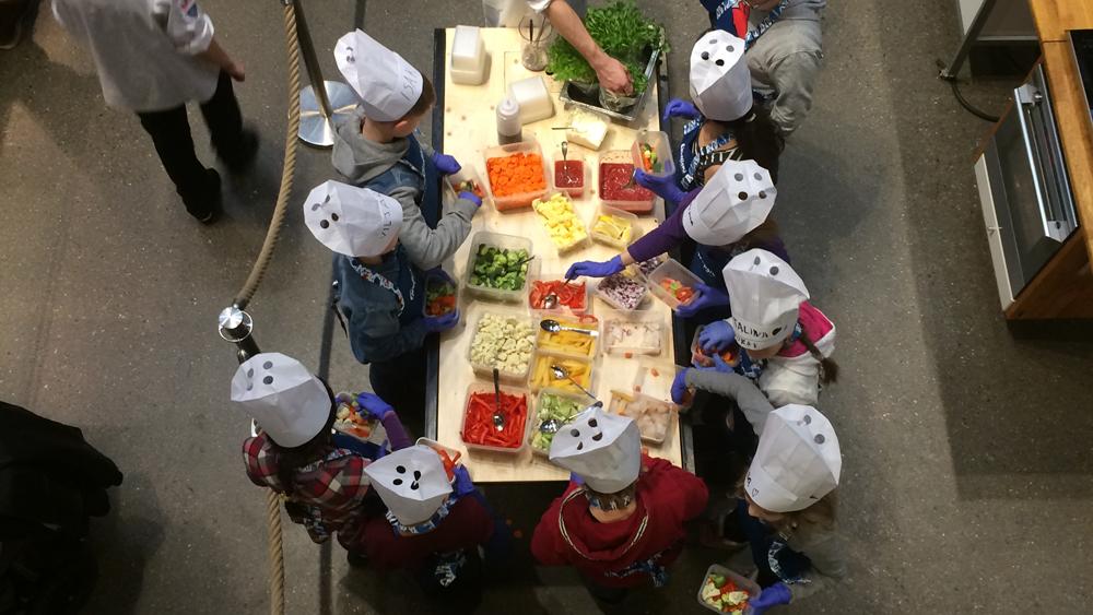 Bilde av engasjerte barn på matkurs i Mathallen