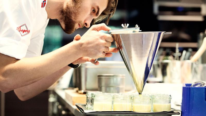 Bilde av kokk som lager dessert