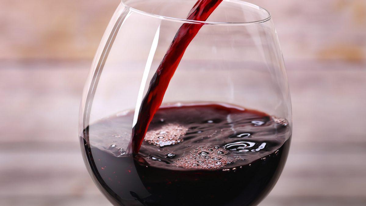 Rødvin helles i et vinglass