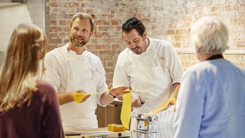Bilde av kokker som lærer bort hvordan man lager pasta