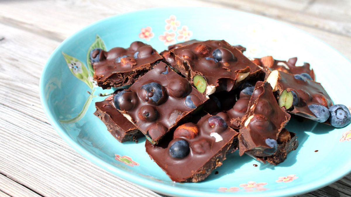Bilde av hjemmelaget sjokolade med deilig nøtter og blåbær