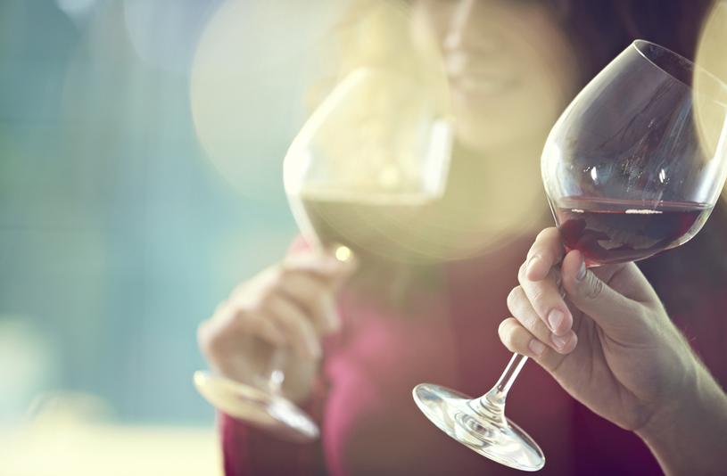 Bilde av to venner som drikker vin