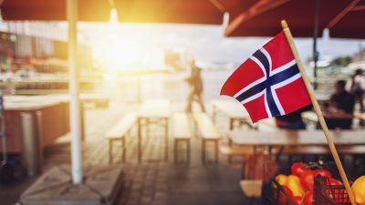 Uteservering pyntet med det norske flagget